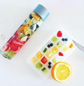 une-bouteille-de-voss-aux-fruits