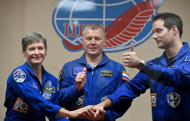 648x415_astronaute-americaine-peggy-whitson-cosmonaute-russe-oleg-novitsky-astronaute-francais-thomas-pesquet-posent-lors-conference-presse-cosmodrome-baikono